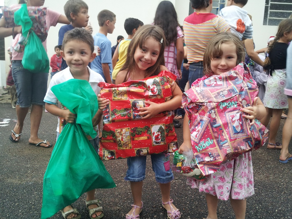 Crianças com seus presentes que ganharam no Natal do Adelar 2011