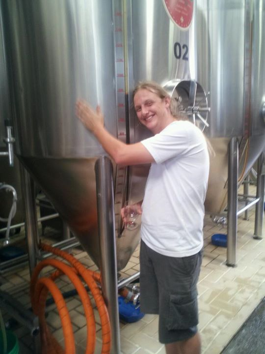Murilo abraçado no fermentador