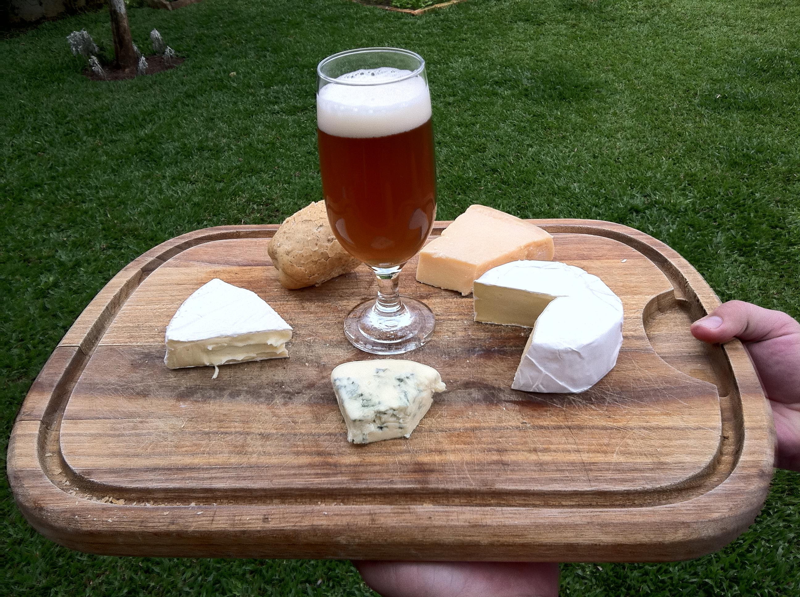 John Wayne e tábua de queijos