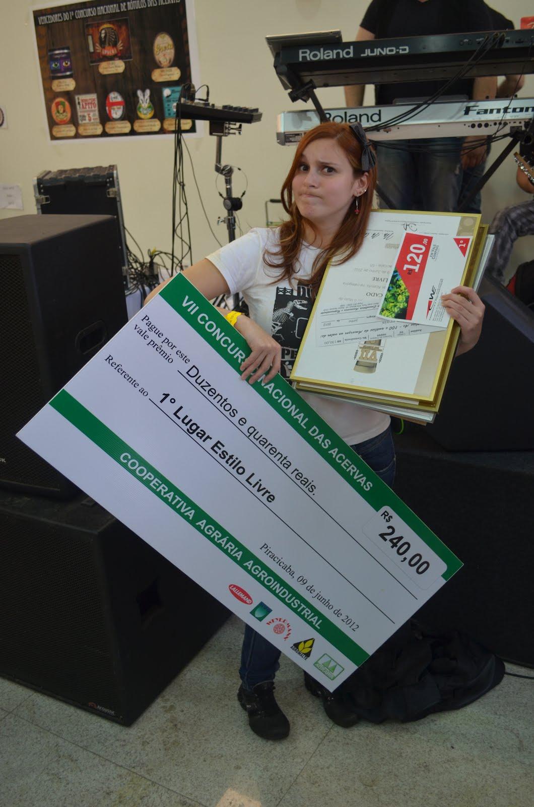 Fernanda segurando os prêmios conquistados pelos paranaenses