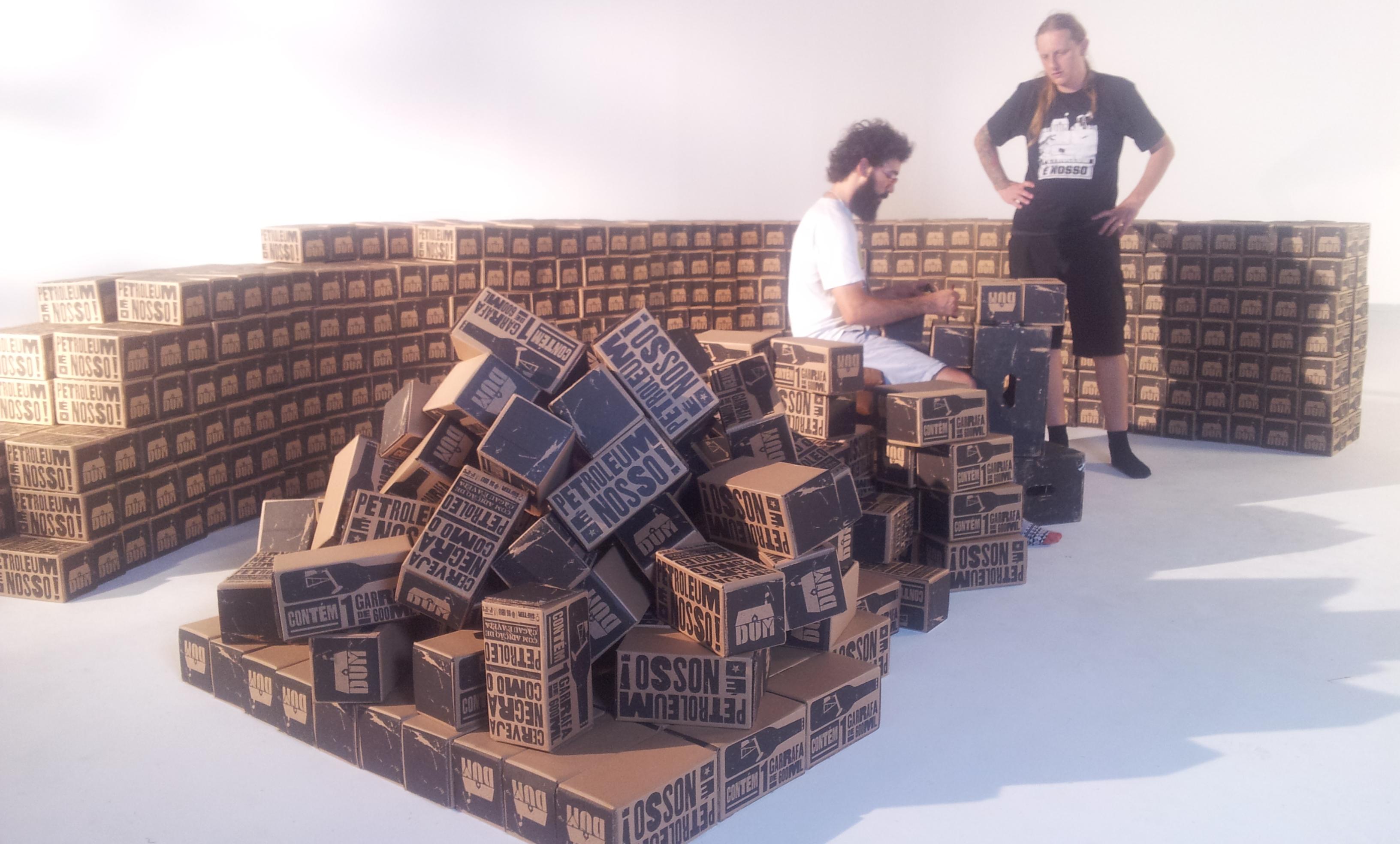 Murilo ajudando Andre Mendes com as caixas